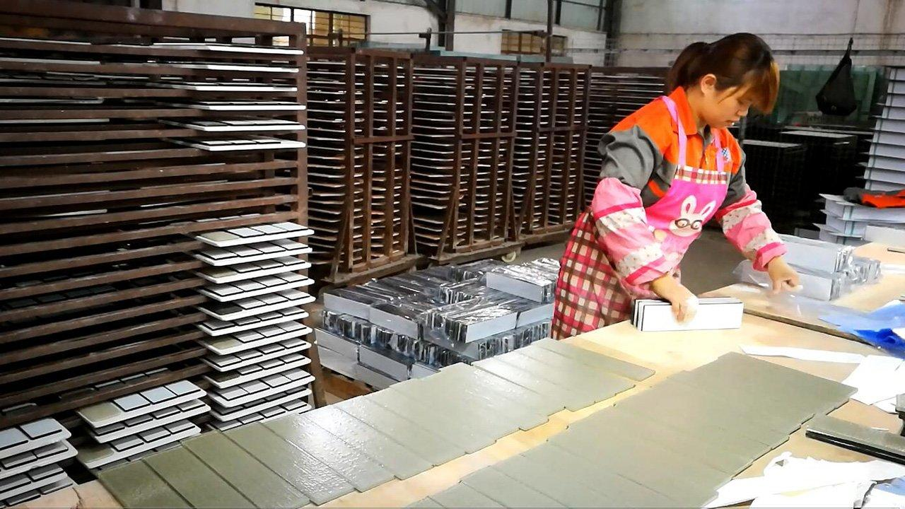 Glass tile manufacturer-Huagui workers is packing the glass tile